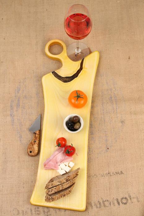 Platou de servire din lemn de nuc, colorat cu turmeric diluat in apa 0
