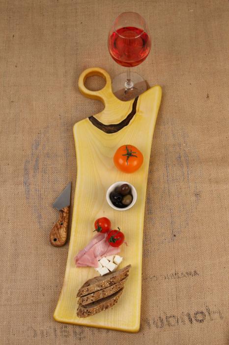 Platou de servire din lemn de nuc, colorat cu turmeric diluat in apa 6