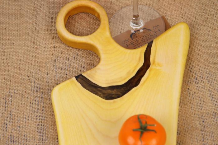Platou de servire din lemn de nuc, colorat cu turmeric diluat in apa 2