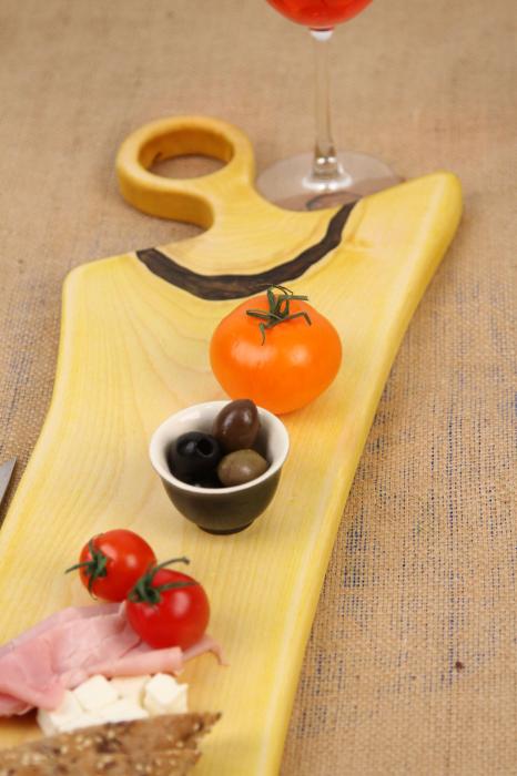 Platou de servire din lemn de nuc, colorat cu turmeric diluat in apa 4