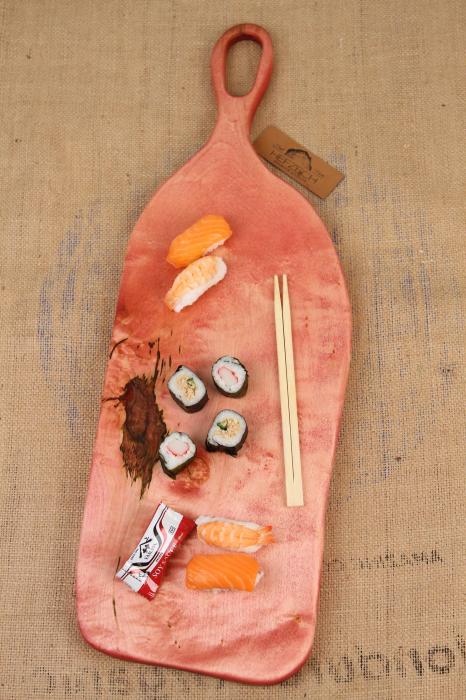 Platou de servire din lemn de nuc, colorat cu suc natural de sfecla rosie. 0