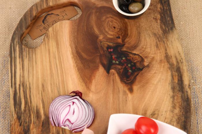 Platou de servire din lemn de nuc, culoare natur, cu insertie de rasina epoxidica [2]