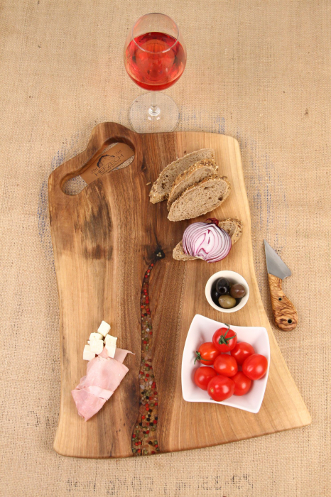 Platou de servire din lemn de nuc, culoare natur, cu mici insertii de rasina epoxidica. 0