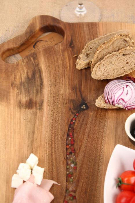 Platou de servire din lemn de nuc, culoare natur, cu mici insertii de rasina epoxidica. 4