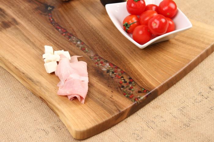 Platou de servire din lemn de nuc, culoare natur, cu mici insertii de rasina epoxidica. 6