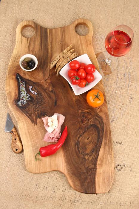 Platou de servire din lemn de nuc, culoare natur, cu mici insertii de rasina epoxidica 0
