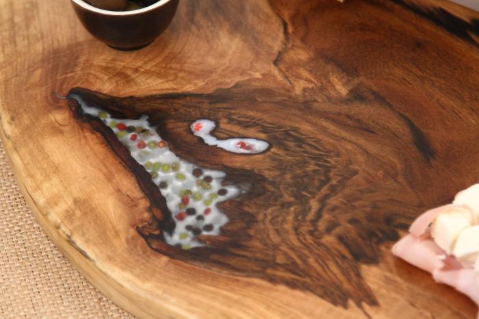 Platou de servire din lemn de nuc, culoare natur, cu mici insertii de rasina epoxidica 8