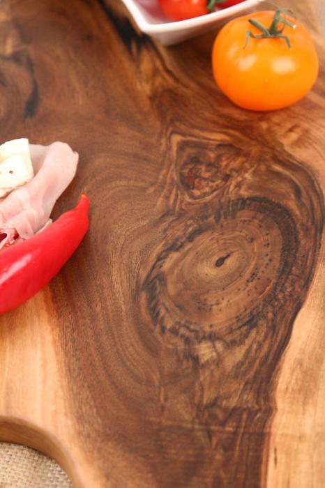 Platou de servire din lemn de nuc, culoare natur, cu mici insertii de rasina epoxidica 2