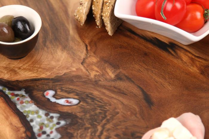 Platou de servire din lemn de nuc, culoare natur, cu mici insertii de rasina epoxidica 5