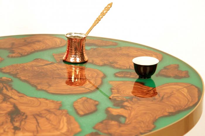 Masa rotunda din lemn de maslin inserat in rasina epoxidica cu pigment culoare verde 11