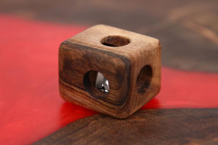 Cub din lemn de nuc cu zornaitoare in interior 0
