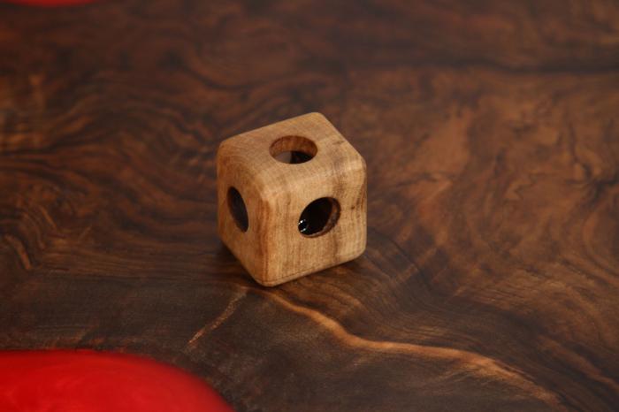 Cub din lemn de nuc cu zornaitoare in interior 1