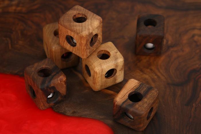 Cub din lemn de nuc cu zornaitoare in interior 2