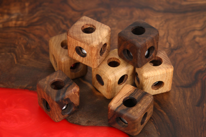 Cub din lemn de nuc cu zornaitoare in interior 3