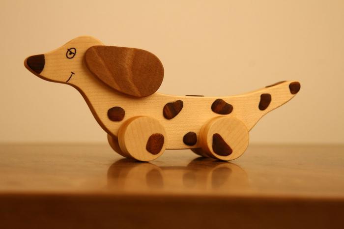 Jucarie din lemn cu roti in forma de caine soricar 0