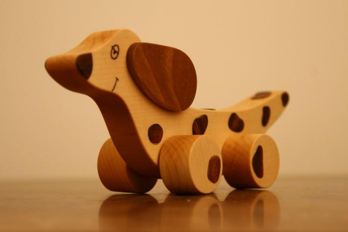 Jucarie din lemn cu roti in forma de caine soricar 1