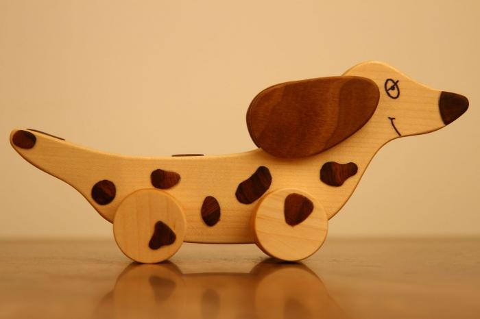 Jucarie din lemn cu roti in forma de caine soricar 2