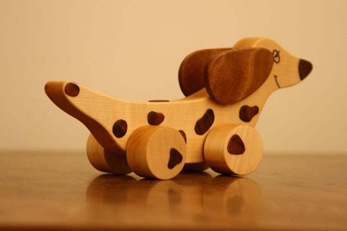 Jucarie din lemn cu roti in forma de caine soricar 4