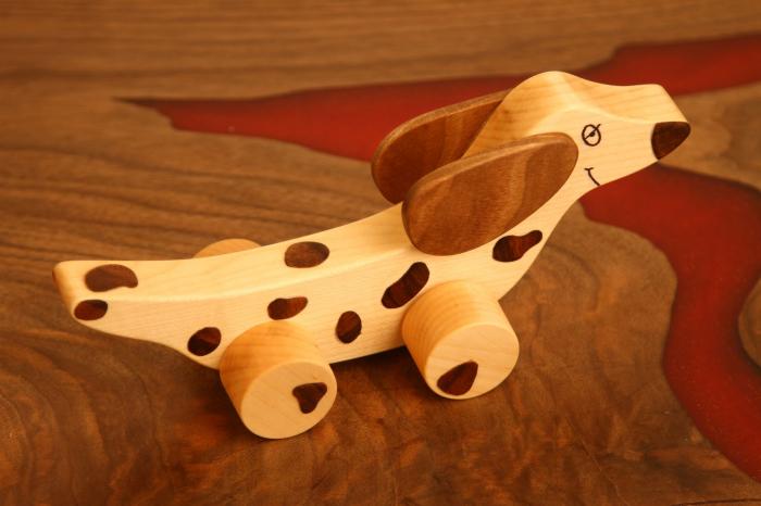 Jucarie din lemn cu roti in forma de caine soricar 5