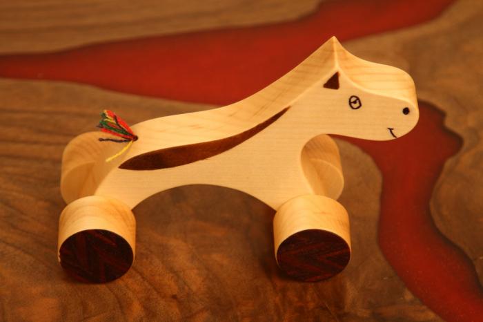 Jucarie din lemn cu roti in forma de calut 1