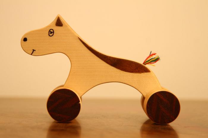 Jucarie din lemn cu roti in forma de calut 0