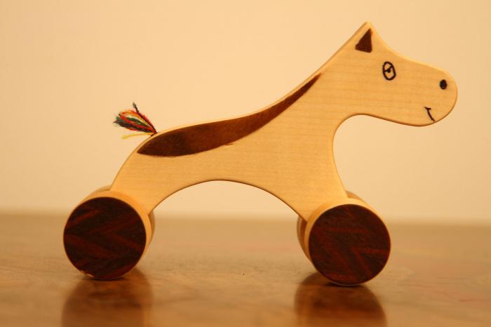 Jucarie din lemn cu roti in forma de calut 2