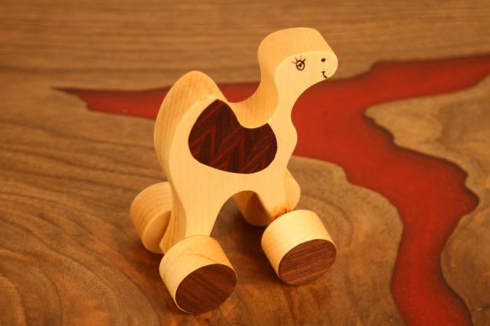 Jucarie din lemn cu roti in forma de dromader 1