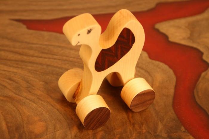 Jucarie din lemn cu roti in forma de dromader 4