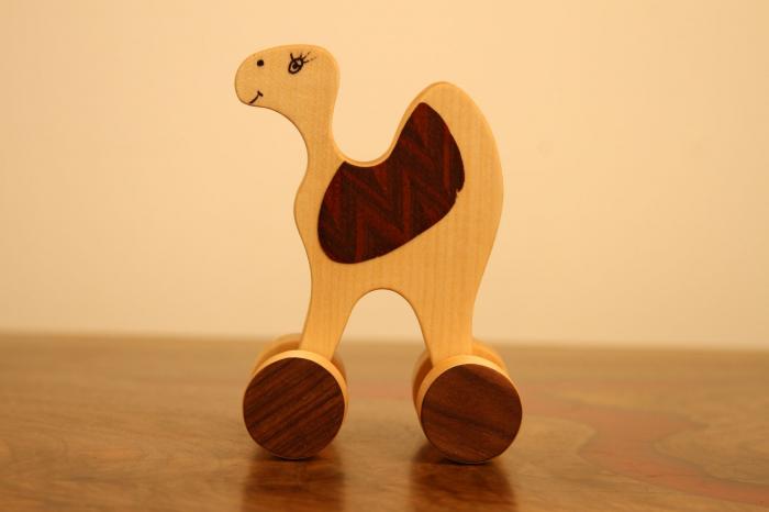 Jucarie din lemn cu roti in forma de dromader 5