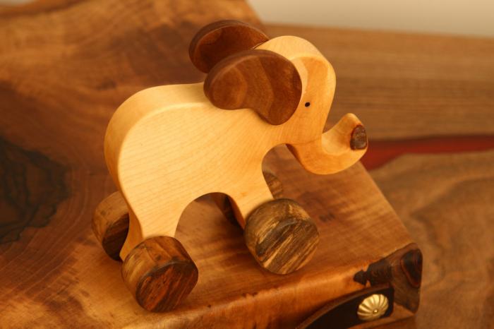 Jucarie din lemn cu roti in forma de elefant 2