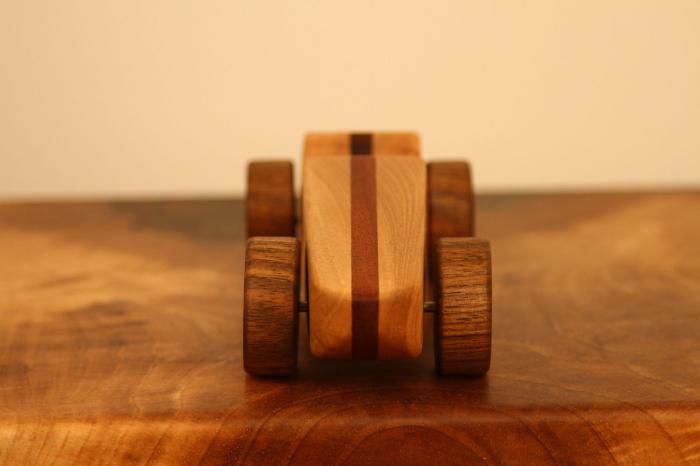 Jucarie din lemn cu roti, forma masina de curse [1]