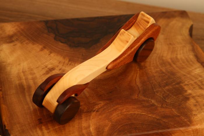 Jucarie din lemn cu roti, in forma de masina de epoca 2