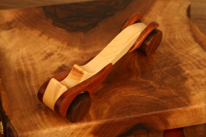 Jucarie din lemn cu roti, in forma de masina de epoca 3