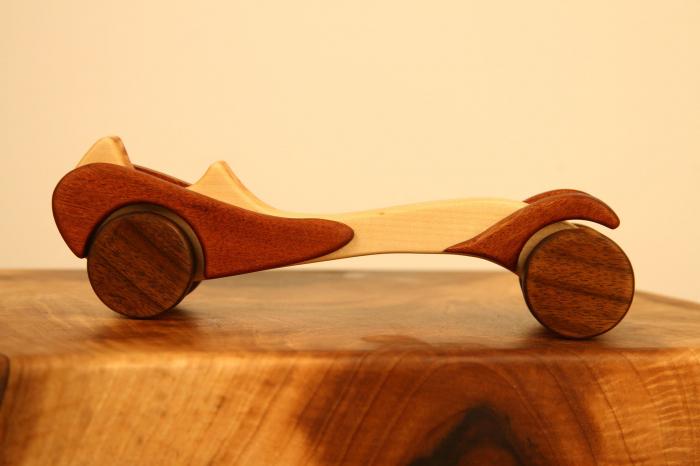 Jucarie din lemn cu roti, in forma de masina de epoca 0