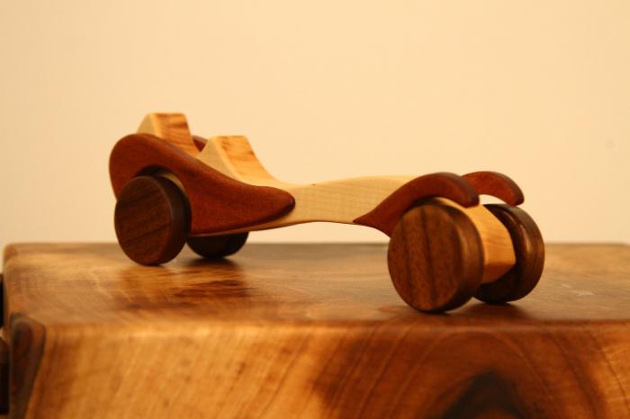 Jucarie din lemn cu roti, in forma de masina de epoca 5