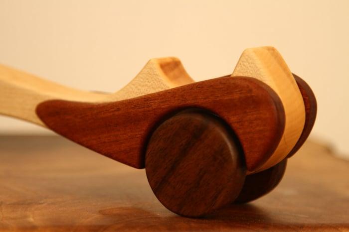 Jucarie din lemn cu roti, in forma de masina de epoca 9