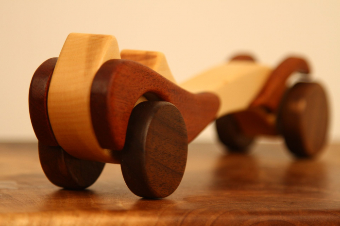 Jucarie din lemn cu roti, in forma de masina de epoca 11