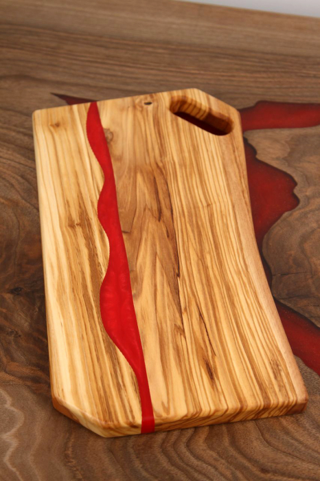 Platou de servire din lemn de maslin cu rasina epoxidica 2