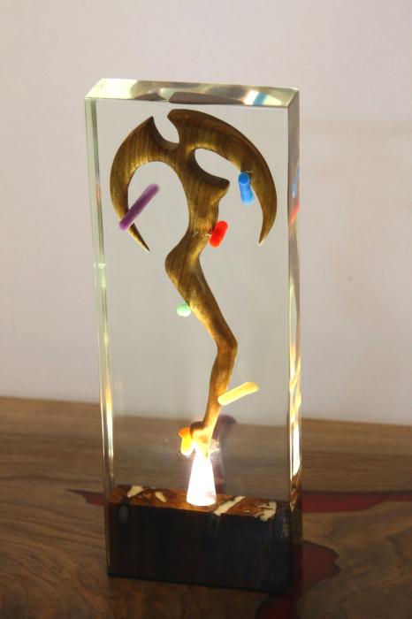 Lampa lumina ambientala, din rasina epoxidica transparenta, cu lemn de nuc inserat. 0