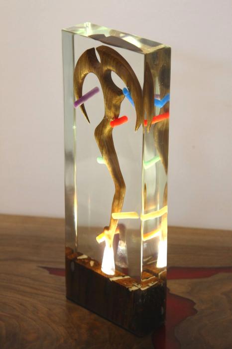 Lampa lumina ambientala, din rasina epoxidica transparenta, cu lemn de nuc inserat. [1]