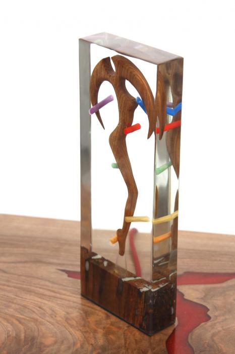 Lampa lumina ambientala, din rasina epoxidica transparenta, cu lemn de nuc inserat. [3]