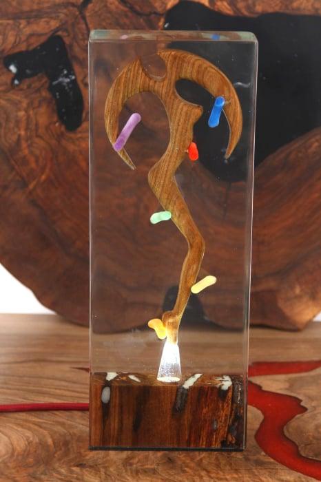 Lampa lumina ambientala, din rasina epoxidica transparenta, cu lemn de nuc inserat. [5]