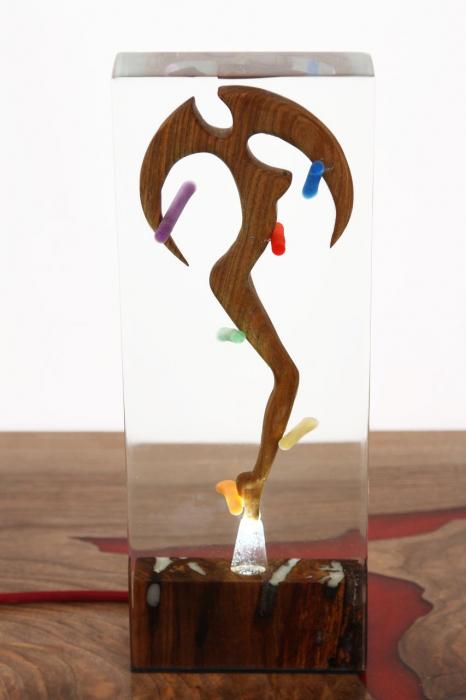 Lampa lumina ambientala, din rasina epoxidica transparenta, cu lemn de nuc inserat. 10