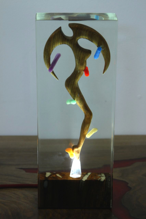 Lampa lumina ambientala, din rasina epoxidica transparenta, cu lemn de nuc inserat. 11