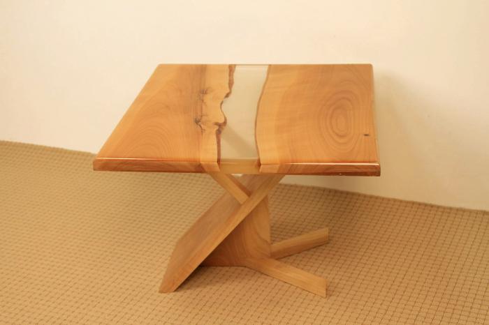 masa de cafea din lemn de nuc cu rasina epoxidica transparenta 1