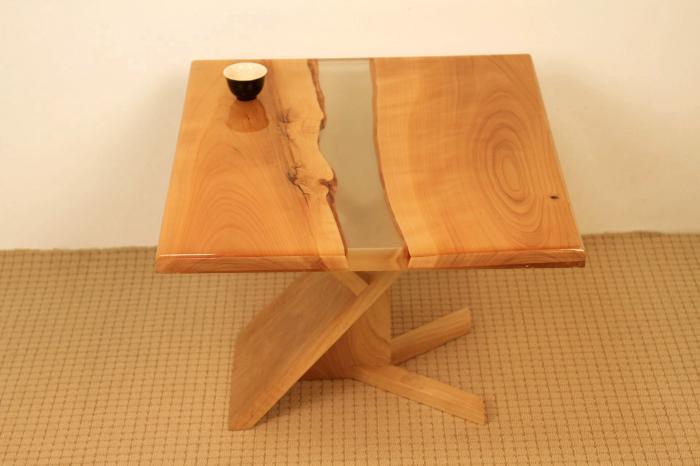 masa de cafea din lemn de nuc cu rasina epoxidica transparenta 2