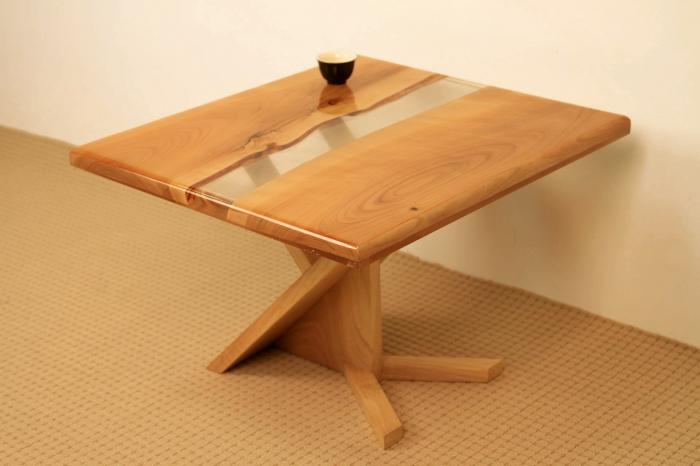 masa de cafea din lemn de nuc cu rasina epoxidica transparenta 3