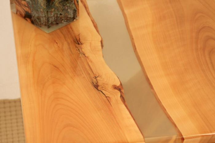 masa de cafea din lemn de nuc cu rasina epoxidica transparenta 6