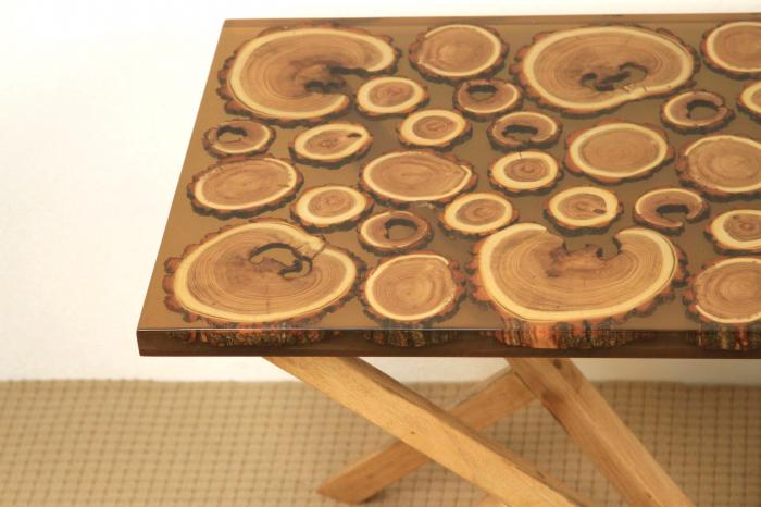 Masa din lemn de salcam inserat in rasina epoxidica transparenta 2