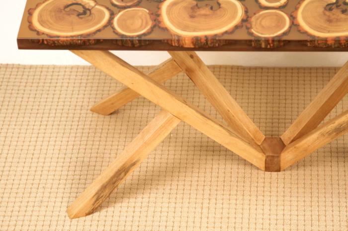 Masa din lemn de salcam inserat in rasina epoxidica transparenta 3